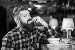 人用胡子饮料啤酒吃汉堡菜单 在客栈享受膳食 t ? 图库摄影