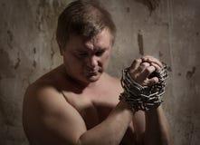 人用链子被绑住的手 库存照片