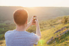 人由智能手机拍照片 免版税库存图片