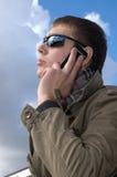 人电话告诉年轻人 免版税图库摄影