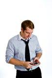 人电话聪明的texting的年轻人 免版税库存照片