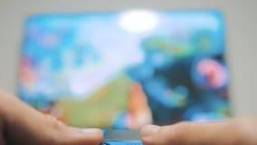 人男孩在控制器控制杆gamepad演奏控制台 演奏录影的比赛 gamepad的网络游戏全部互联网 影视素材