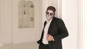 人画象衣服的与万圣节显示他的情感的头骨构成 股票视频