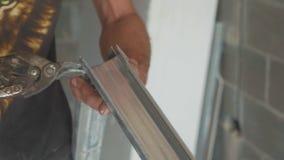 人登上干式墙的切口框架的手在未完成的公寓 影视素材