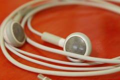 人白色颜色孔雀耳机  免版税库存图片