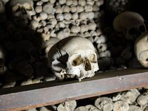 人的作为装饰使用的头骨和骨头在Sedlec藏有古代遗骨的洞穴,捷克 免版税库存图片