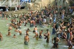 人的公开沐浴的区域,达卡,孟加拉国 免版税库存图片