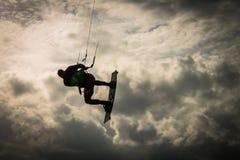 人的剪影跳跃了到天空,分裂,克罗地亚 免版税库存图片
