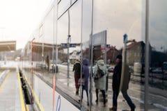人的反射在旅客列车汽车的窗口里 免版税库存照片