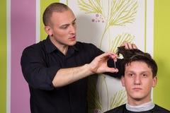 人的发型和haircutting与头发剪刀和剪 免版税库存照片