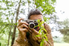 人的图象有照相机的在森林 免版税库存照片