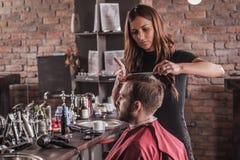 人的女性美发师发型头发椅子的 免版税库存照片