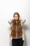 人的姿势表示和情感 显示她华美的特长自然红色头发的年轻可爱的红头发人妇女画象  免版税库存图片