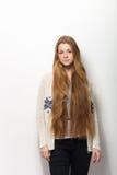 人的姿势表示和情感 显示她华美的特长自然红色头发的年轻可爱的红头发人妇女画象  库存照片