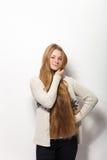 人的姿势表示和情感 显示她华美的特长自然红色头发的年轻可爱的红头发人妇女画象  免版税库存照片