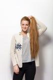 人的姿势表示和情感 显示握她华美的特长自然红色头发在舒适的年轻可爱的红头发人妇女 免版税库存图片