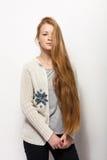 人的姿势表示和情感 显示舒适的运动衫的年轻可爱的红头发人妇女拿着她华美的特长natur 免版税库存照片