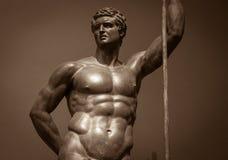 人的完善的身体古老男性雕象 免版税库存图片