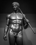 人的完善的身体古老男性雕象 免版税库存照片