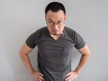 人的恼怒和疯狂的面孔黑T恤杉的 免版税库存照片
