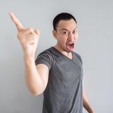 人的恼怒和疯狂的面孔黑T恤杉的 免版税库存图片