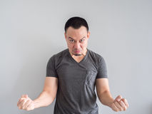 人的恼怒和疯狂的面孔黑T恤杉的 图库摄影