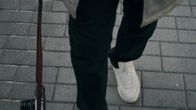 人的感觉射击在走沿一条铺磁砖的路的运动鞋的 照相机 城市环境 影视素材