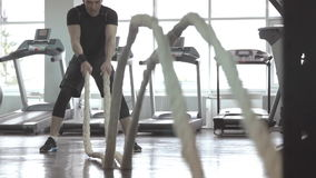 人的慢动作有争斗绳索的在功能训练健身健身房 股票视频