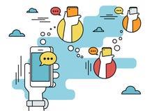 人的手举行智能手机和送消息到朋友通过信使app 免版税库存照片