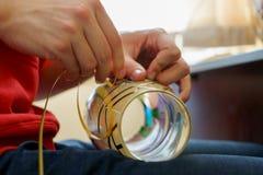人的手做一盏彩色玻璃花瓶或灯 免版税库存照片