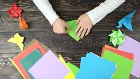 人的手做有绿皮书的origami起重机 影视素材