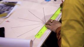 人的手凹道纸部分博览会中心 股票视频