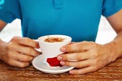 人的手和咖啡 免版税库存照片