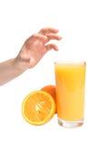 人的手和新鲜的水多的桔子 免版税库存照片