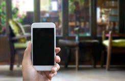 人的手在垂直位置显示流动智能手机 库存照片