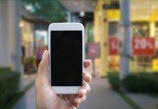 人的手在垂直位置显示流动智能手机 图库摄影