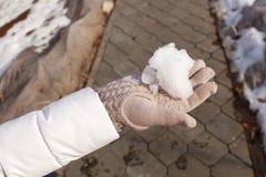人的手在手中拿着解冻的雪 免版税库存照片
