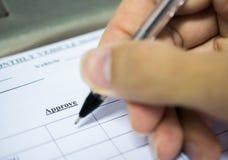 人的手填装的申请特写镜头对调查 selec 免版税库存图片