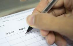 人的手填装的申请特写镜头对调查 selec 免版税库存照片