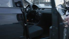 人的手开头车门的关闭 汽车内部的看法 t 股票视频