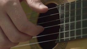 人的手慢慢地弹吉他 股票视频