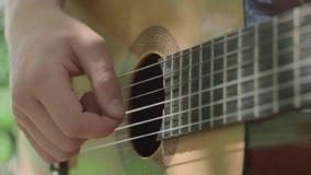 人的手慢慢地弹吉他 影视素材