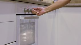 人的手打开在白色厨房的白色烤箱 r 影视素材
