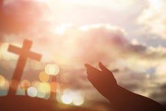 人的手打开棕榈崇拜 圣餐疗法保佑上帝他 免版税库存照片
