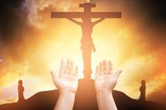 人的手打开棕榈崇拜 圣餐疗法保佑上帝他 库存图片