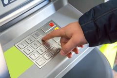 人的手按键盘的按钮 免版税库存图片