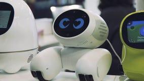 人的手接触机器人 机器人对人的接触满意 概念查出的技术白色 免版税图库摄影