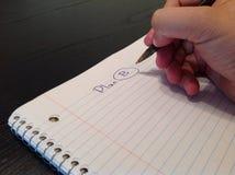 人的手文字在纸板料的计划B标题 库存图片