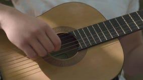 人的手演奏吉他特写镜头 影视素材