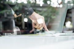 人的手特写镜头有指向纸的笔的,当explaini时 库存照片
